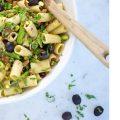 Pasta mediterránea con espárragos, champiñones y aceitunas negras, con Colterenzio Pinot Grigio